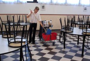 Pulizia della sala ristorante